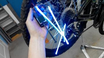 Установка велоподсветки 4 трубки на одно колесо