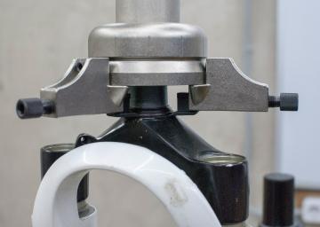 Демонтаж или монтаж нижнего конуса штока вилки